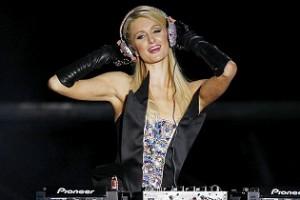 Paris Hilton kínos DJ-debütálása